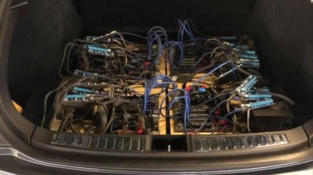 Una granja de minería en una maletera de carro una de las curiosidade que pueden verse en minería de Criptomonedas